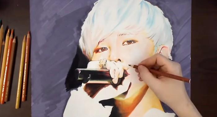 最近他也開始使用色鉛筆示範畫作~GD這個造型已經很美了~用色鉛筆畫更美了~