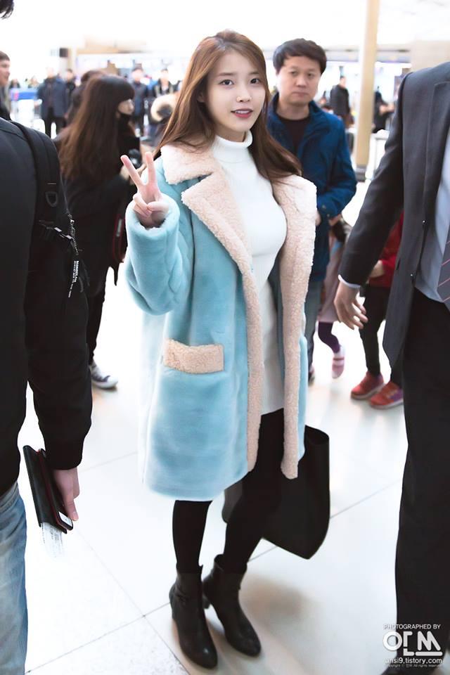 上禮拜來台灣開唱的她,身穿水藍色長大衣內搭白色高領長板針織衫 緊身的針織衫除了凸顯身材曲線外,也不會讓她被oversized的大衣給吃掉~