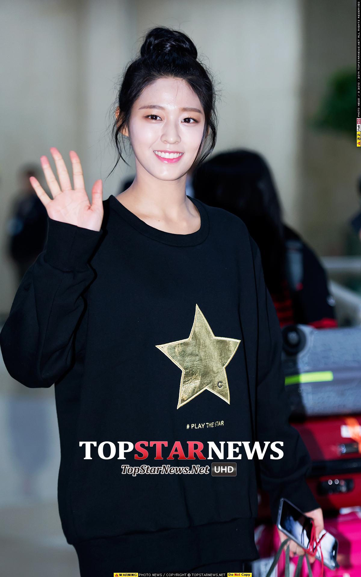 沒錯!就是去年年底雪炫在機場穿過的星星大學T