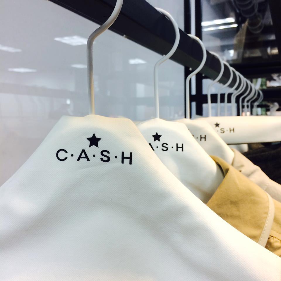 《C.A.S.H》是由韓國知名服裝品牌DECO&E在不久前新創立的子品牌,目前只有網路平台的C.A.S.H剛起步就受到許多矚目,除了母公司打下來的名聲之外,也受到韓星們的支持