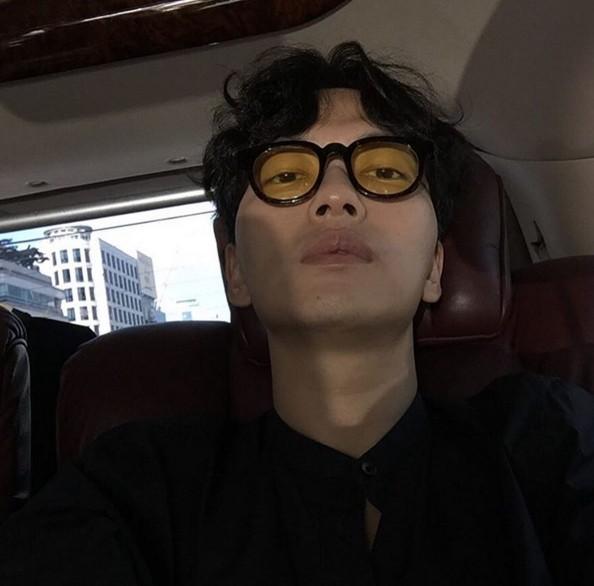 在《請回答1988》裡飾演娃娃魚的李東輝,其實也被韓國網友們選為新興的時尚指標~平時穿衣風格走文青復古風的他,搭配上這種黃色的有色鏡片一點也不違和阿~