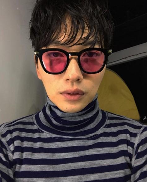雖然他總是在戲裡飾演傻傻搞笑的角色,私底下還是有這麼時尚的一面啊!這副桃紅色的太陽眼鏡太超前了啦~
