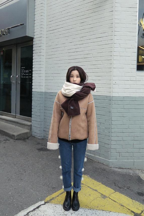 或是側邊多了毛毛球的裝飾,是不是很特別?上身的搭配就可以簡單也會非常時髦喔。