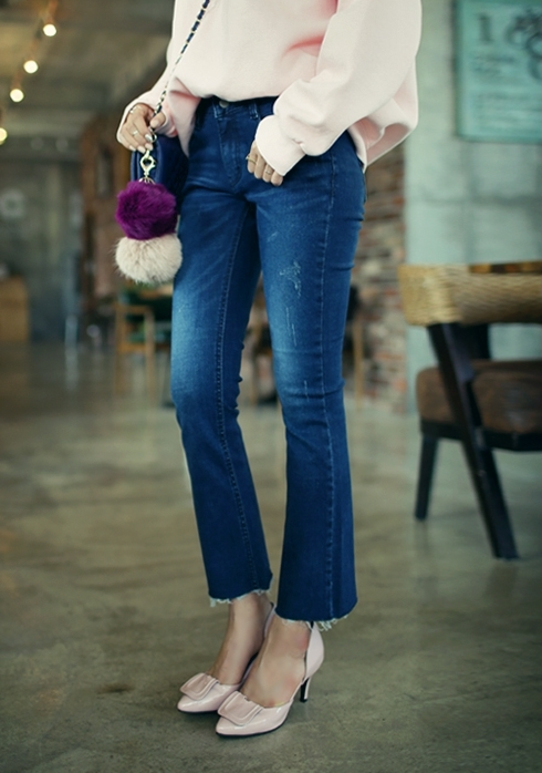 今年丹寧褲褲管不修邊依舊是時髦的細節呦!