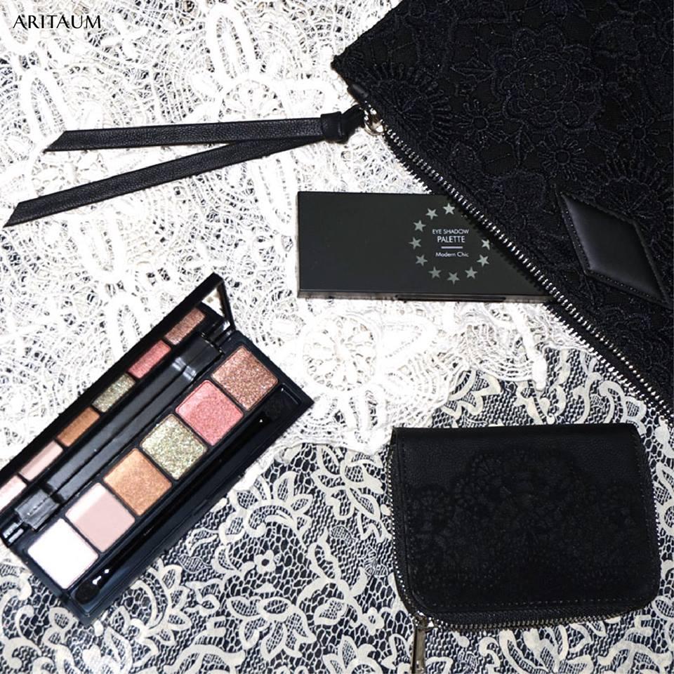 手拿包的選擇不只一種,而眼影的顏色屬於珠光色調,色彩偏輕盈,就算是春夏季使用也很OK!