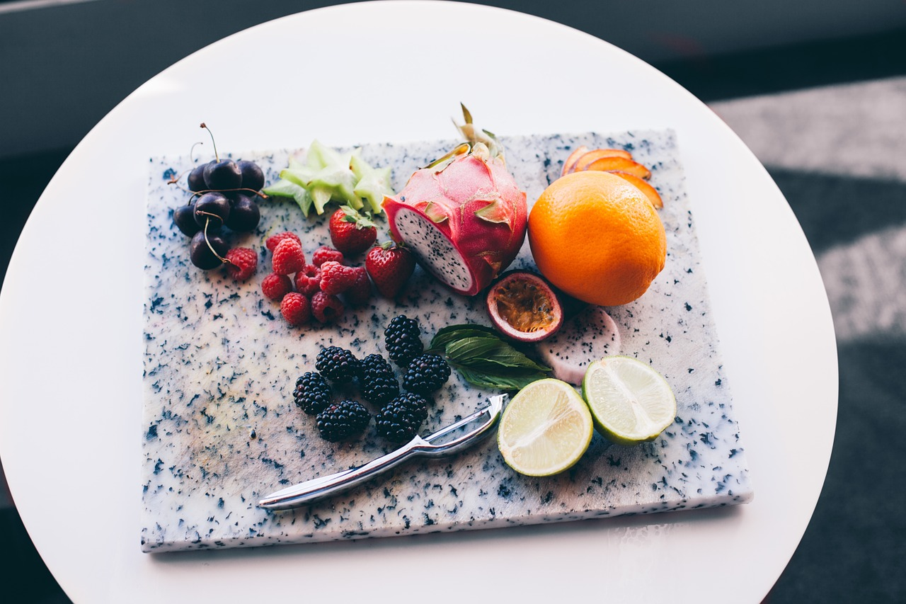 """/飲食篇/ """"為肌膚補充大量的維他命是絕對必須的!尤其多吃含豐富酵素、多種維他命、食物纖維及礦物質的水果,為肌膚打好基礎內功。"""""""
