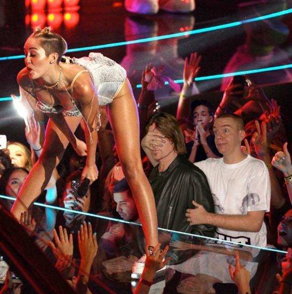 不准看Miley Cyrus姐姐的屁屁.... 既然沒人來蒙我的眼睛,那我就勉為其難的看一下囉XD