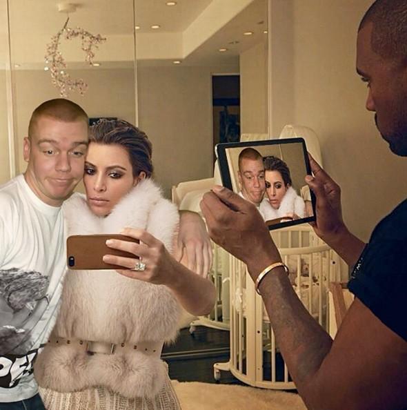 這個太牛了...當著Kanye的面跟Kardashian摟摟抱抱.....
