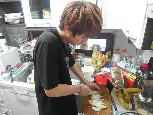 想像一下是Jin Chef親手做的也覺得幸福啦! 製作過程也不困難~首先把洋朵切切切,切成條狀  *本日料理:涼拌燻鴨、涼拌韭菜