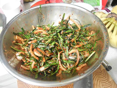 沒錯…就剩下半盤了! 看這個量,絕對不只是因為韭菜出水了這麼簡單啊~ 不過Jin好像真的料理手藝很好啊,又會做義大利麵又會涼拌小菜~