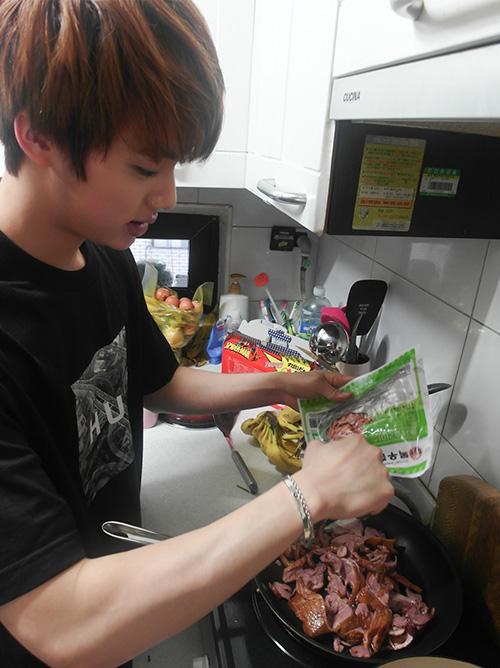 作法很簡單,就是把在台灣也買得到的鴨賞或是燻鴨肉丟到鍋中