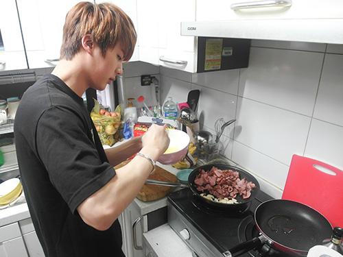 加入蒜~ (JIN如果真的加入型男主廚…觀眾一定不會記得今天教了什麼菜,注意根本就在廚師一個人身上而已啊)
