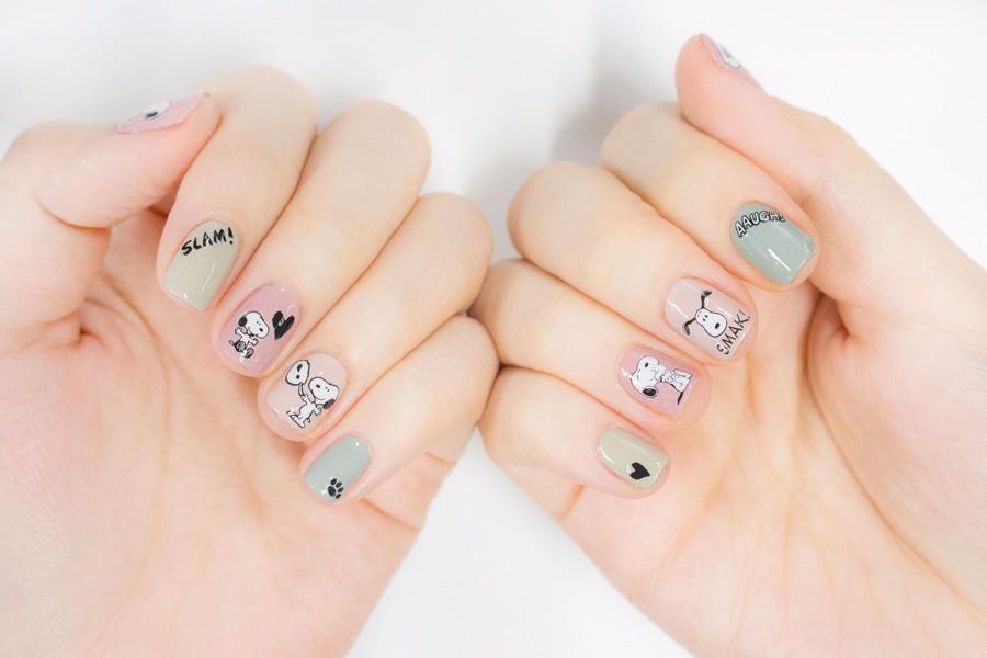 別每隻手指都貼上Snoopy,有一些貼上小小的裝飾就好,這樣才不會看起來太複雜~