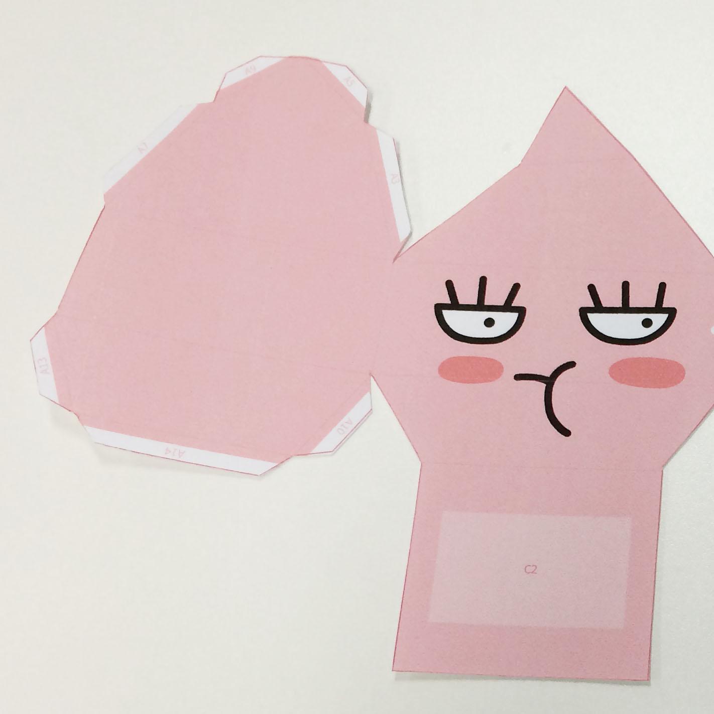 3. 在圖案的邊緣部分塗上膠水,找準位置粘貼好!
