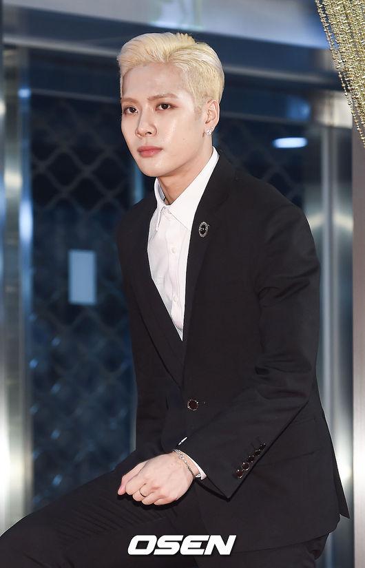 應是指Jackson及另一名經紀約在JYP的中國籍藝人魏大勛