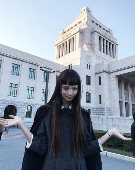 Yuka Mannami之前留過各種各樣的瀏海,雖然很漂亮,但是都顯得太過普通...直到她剪了露出眉毛的鍋蓋齊瀏海才真正徹底紅起來...二次元來襲,接招吧!
