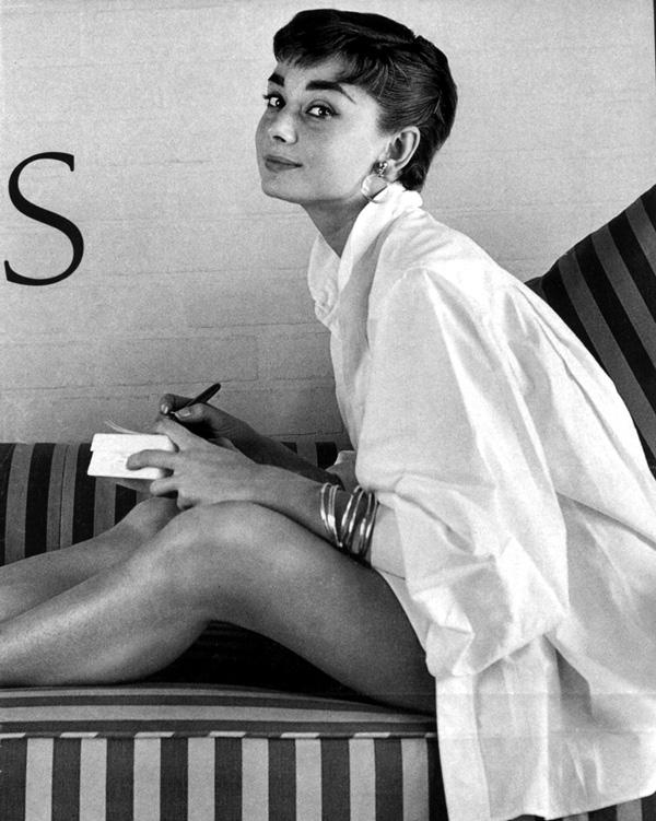 墜落凡間的天使Audrey Hepburn也愛穿! 果然白襯衫不分時代不分男女,都受到人們的追捧♥~