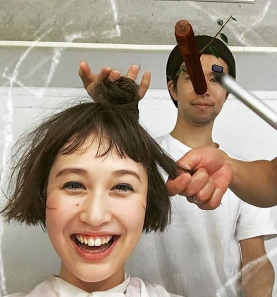 頭髮多的人可能不能了解我們的困擾,每天起床頭髮扁塌、瀏海稀疏一束束,一整天又貼又扁一點也不好看~到底有什麼小秘訣可以讓頭髮更蓬鬆呢?於是偽少女趁剪頭髮的時候偷偷問了設計師!