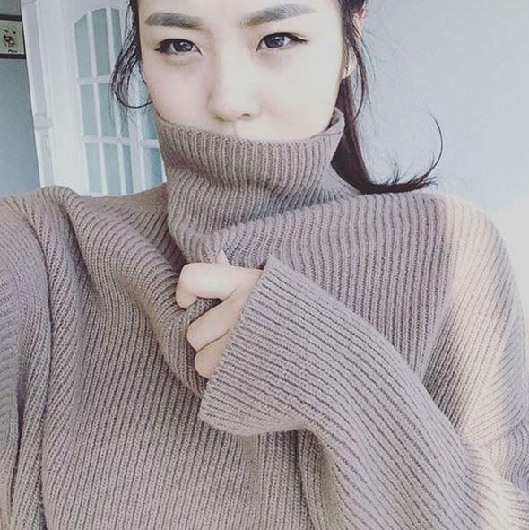 就是這張美照!雖然遮住了下巴,但美麗雙眼被指出和SM公司的清純女神演員李沇熹超像!