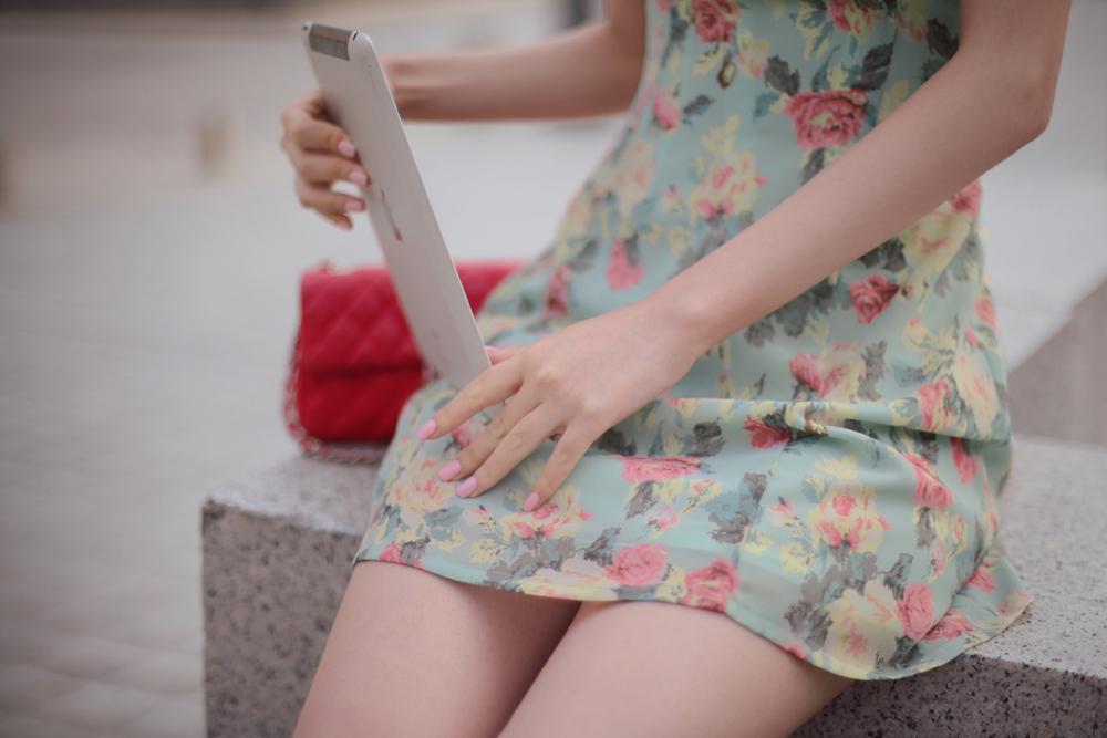 搭配淡淡色彩的碎花裙也非常的漂亮:-D