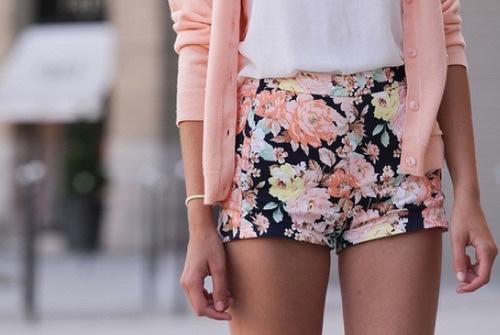 馬上春天就要到了,像這樣,穿著印花短裙或短褲,再塗上粉紅色的指甲油...肯定會很清爽的吧!美翻了♥~