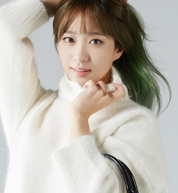 在韓國,很多女生都喜歡灰色的美瞳隱形眼鏡,因為灰色看起來能讓眼睛產生一種清澈的感覺~~~