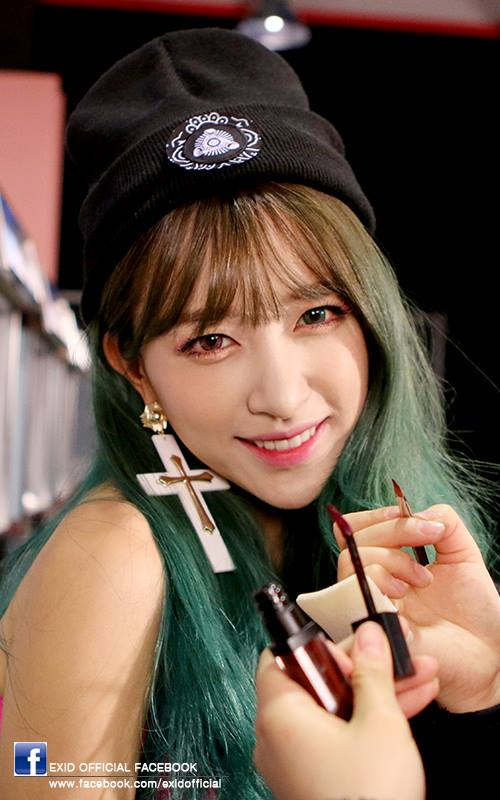 HaNi在新歌的MV中也嘗試綠色+棕色的美瞳!是說,還有什麼顏色HaNi沒試過~