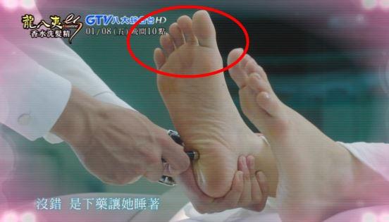 再來看看腳趾頭的部分:腳趾細長,表示責任感重、忠誠度也很高;而腳底顏色有稍許黃色,表示身體疲憊