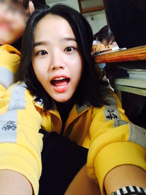 ♥ 金香起(김향기)  2000年8月9日出生,曾出演過《女王的教室》和《來自監獄的信》等電影及電視劇。