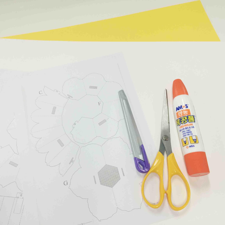準備物 : 彩紙2張(做花彩紙1張, 賀卡彩紙1張)、 圖案、刀、剪刀、當然還有「好朋友」木工膠水