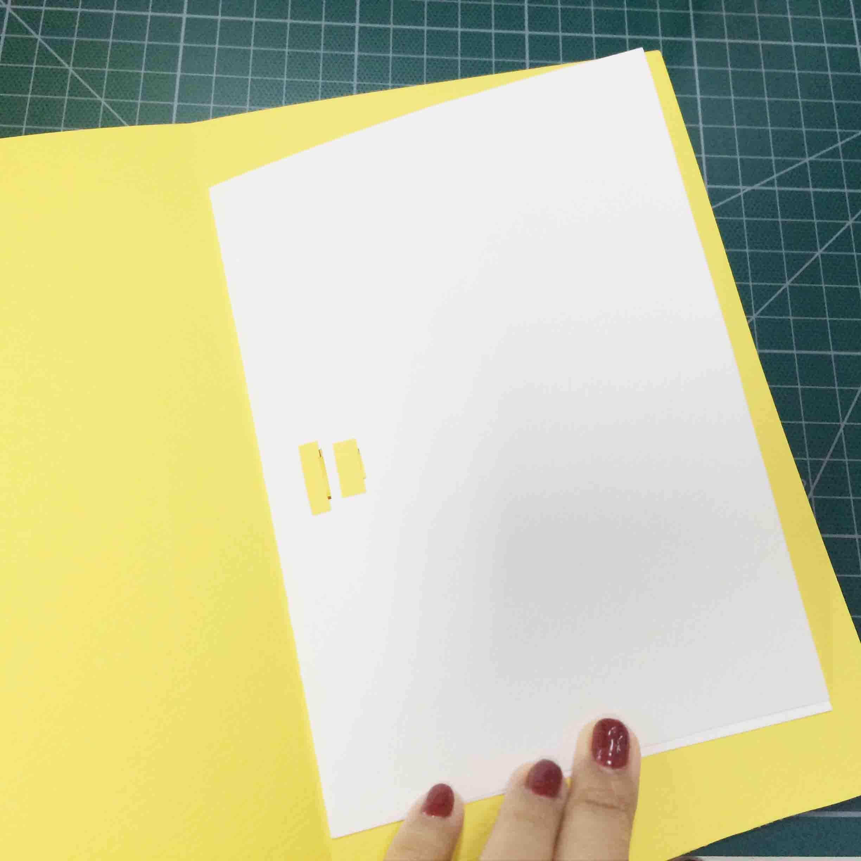 剩下的彩紙用作賀卡的封面! 11. 在白色的紙上塗滿膠水,仔細地貼在彩紙上,,,, 注意:需要預留出適當的空間 方便剪裁