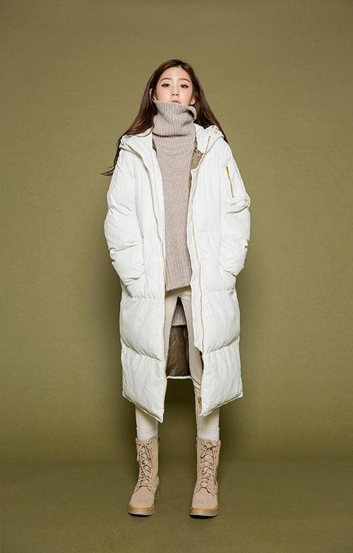或是選擇過膝長度的白色羽絨衣,讓視覺上看起來更輕盈,內搭就用白色、奶油色減輕厚重感。SKINNY再加上短靴是很俐落的風格,短版的針織衫也部會顯得累贅喔♬