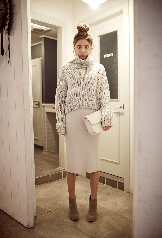 短版的粗勾織毛衣搭配長洋裝看起來好甜美喔♥衣襬弧度造型能營造出身材修長的優點。顏色可選米白色、淺咖啡色等搭配,會很可愛喔~