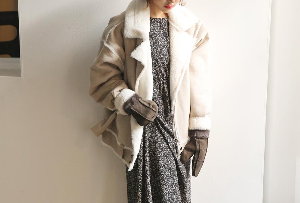保暖單品#5.{羔羊騎士夾克} 羔羊毛的騎士風性外套今年很流行,不管什麼顏色都可以來個一件!從頭到腳都是率性的感覺,如果在裡面搭配的是小碎花洋裝...風格變得很不一樣,贏得眾人好感的混搭很時尚喔♬