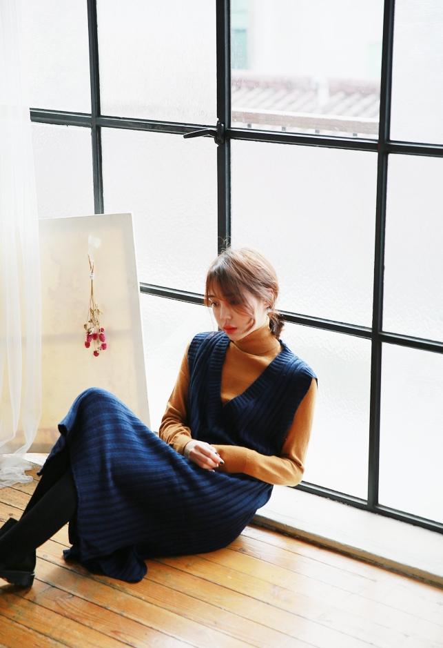 保暖單品#7.{保暖材質洋裝} 從去年發燒的背心吊帶裙,今年的魅力依舊不減!深藍色V字領的,看起來好像很成熟...那麼就用互補色深橘高領針織衫搭配做出層次感效果。是不是能散發出好女生的氣質呢♥