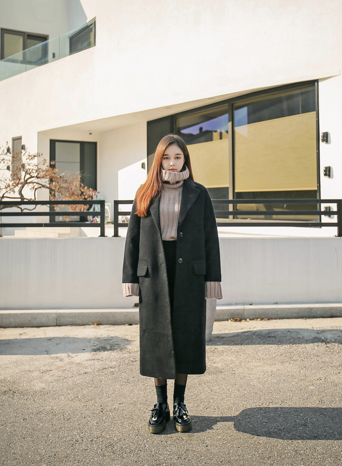 保暖單品#2.{翻領、高領針織衫} 就像圍巾一樣保暖的高領設計,是冬季穿搭裡一定不能少的單品!寬鬆剪裁的針織衫更是深受女性,好看又可以遮手臂,一舉數得。