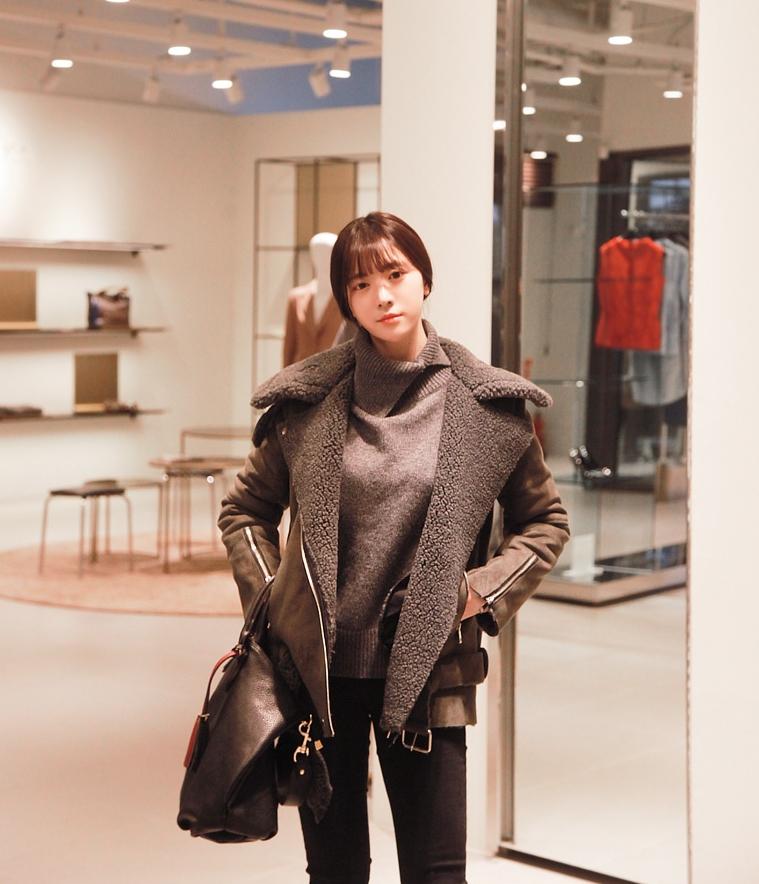 單色的高領針織衫簡約俐落,通常都不用多餘的配件修飾,整體造型看起來就能有質感喔☆再冷的天氣也不怕,套上率性的外套就多了時尚霸氣。