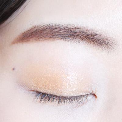 首先在上眼皮用金黃色眼影大面積打底