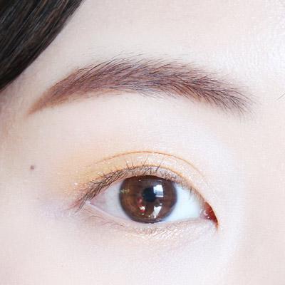 臥蠶部分也一起塗上金黃色眼影~!