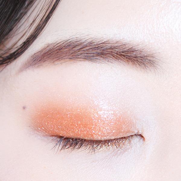 橙紅色眼影只塗在雙眼皮褶上~睜眼的時候會有若隱若現的感覺