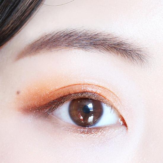 用棕色眼影只塗一下眼尾部分,然後下眼皮畫眼線的地方也一起塗上