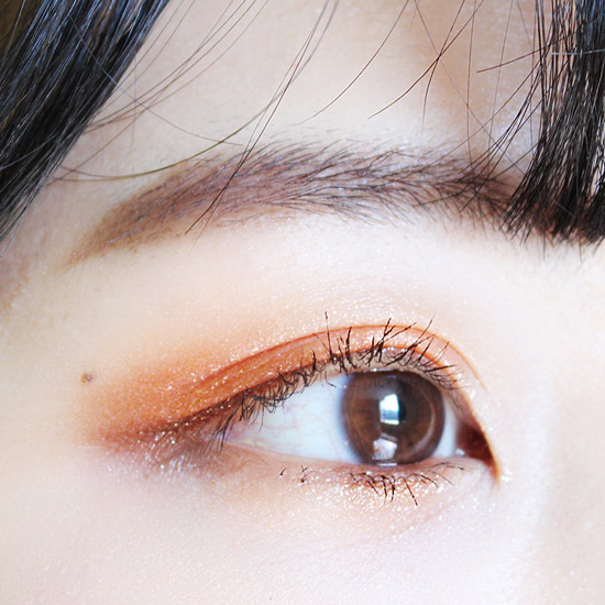 下眼皮的三角區塗上咖啡色眼影~最後刷出根根分明的睫毛來
