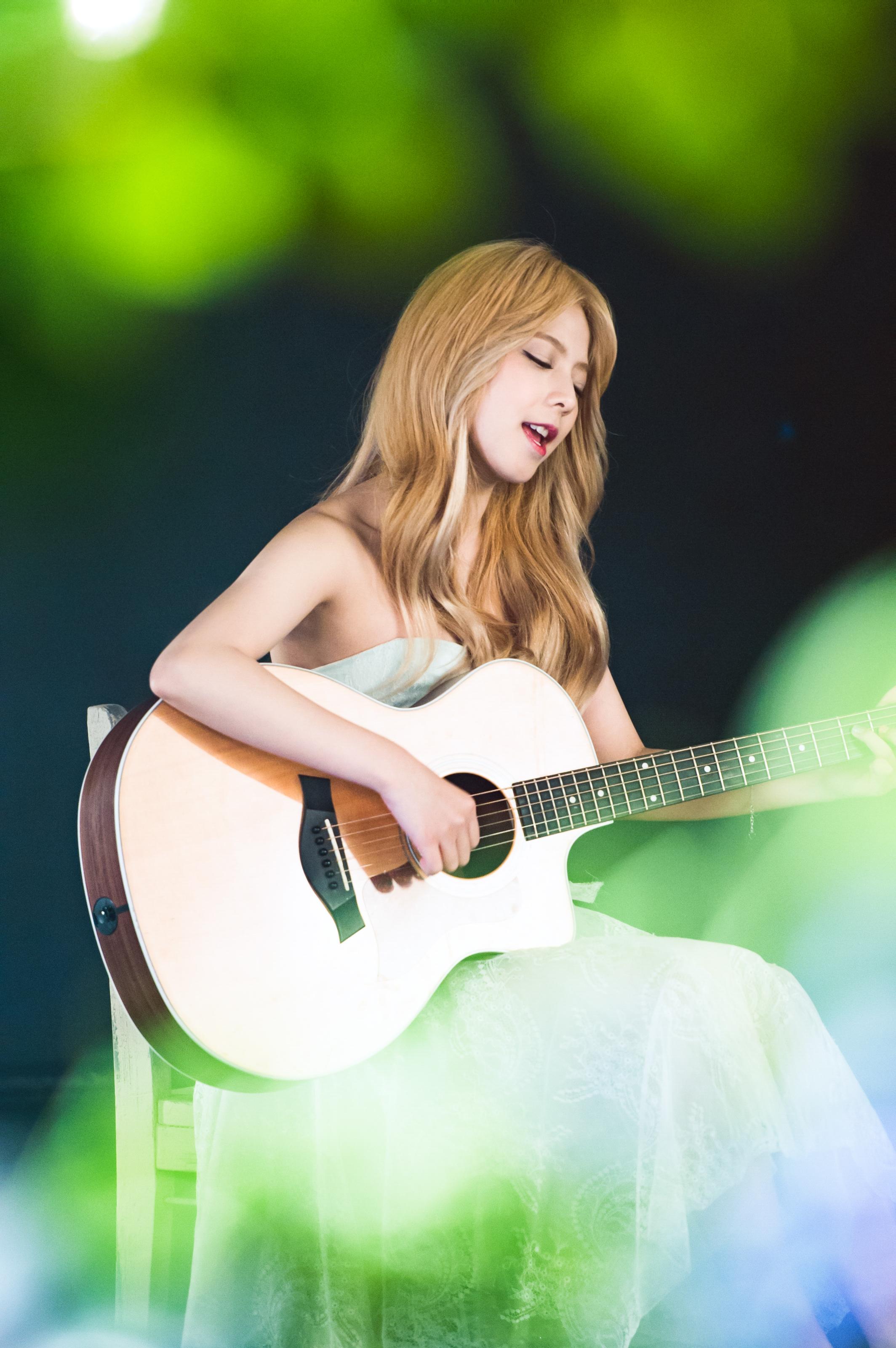 2011年4月先在日本出道的 JUNIEL,於隔年的 6 月也在韓國正式出道,並發行首張迷你專輯《MY FIRST JUNE》,清新的歌聲和自彈自唱的實力,讓她獲得許多人氣和支持。