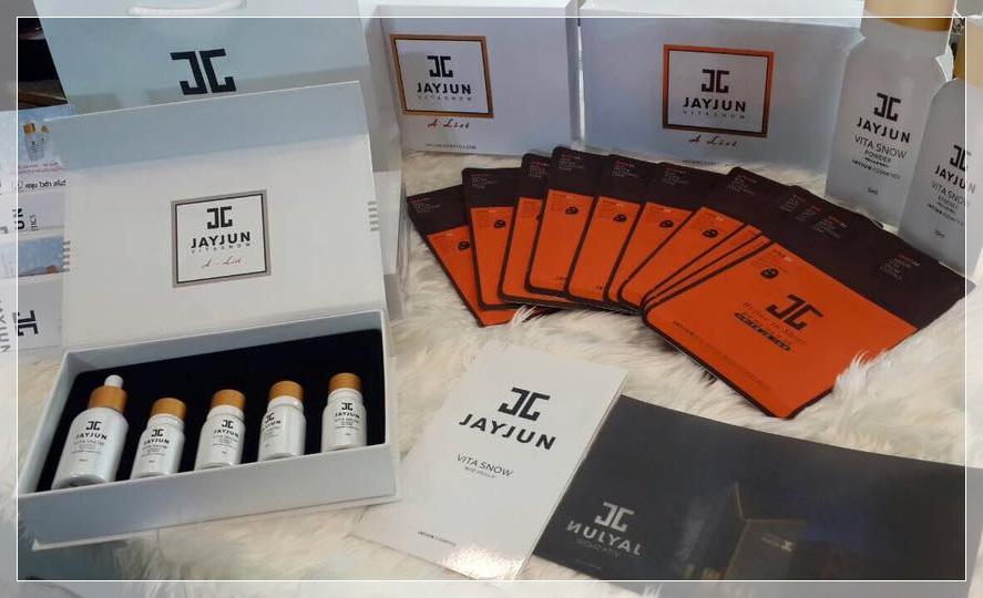 # JAYJUN面膜 由韓國醫美診所JAYJUN研發的系列面膜,「水光針美白面膜」、「植物幹細胞面膜」針對肌膚主打高效保濕、緊緻拉提、白皙水嫩等,能滿足不同的肌膚訴求。此品牌還曾推出過的Vita Snow珍珠粉也是女孩間的人氣商品呢♬