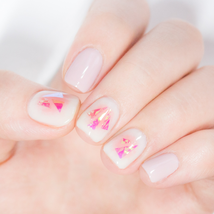 不一定要每一隻手指都貼上玻璃紙,幾隻只擦單色也很漂亮~