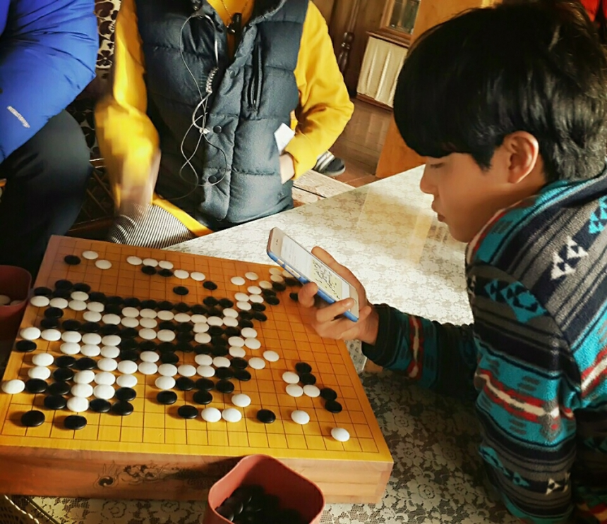 明明真正的圍棋神童是我們柳俊烈啊… *為了完成劇中成東日和金成均下棋畫面的完成度,柳俊烈暫時擔任了圍棋指導XD據說柳俊烈曾經非常喜歡圍棋,還差點入段呢~♥