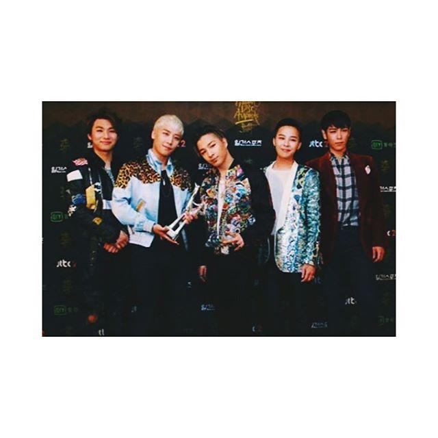 BIGBANG在2016年久未在韓國公開合體,一合體就拿下金唱片音源賞的最大獎項「音源大賞」,致詞時間超久~讓韓國歌迷好好盯著他們看個夠!