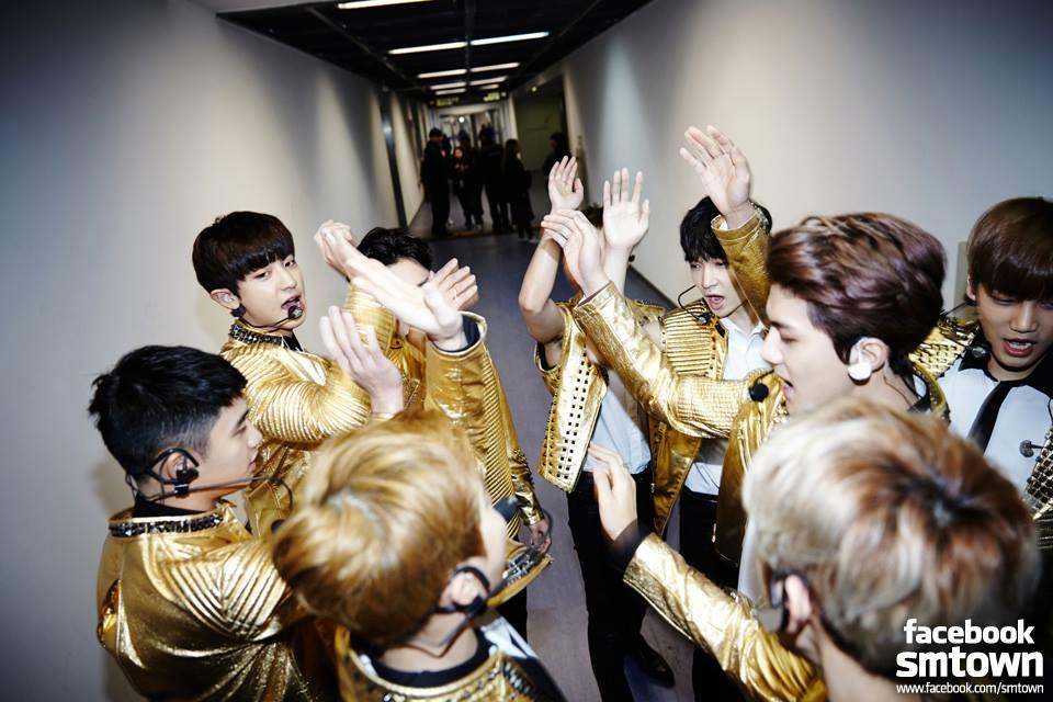 EXO在2015年在發行日本出道單曲LOVE ME RIGHT Romantic universe