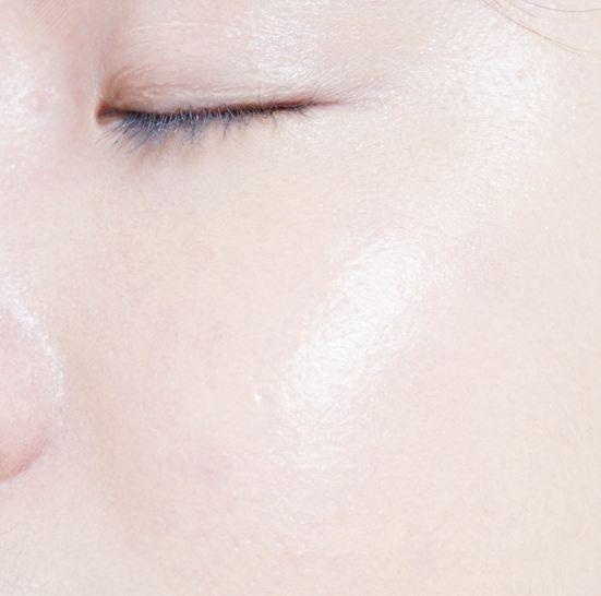 晚上睡覺前用皮膚特別水嫩,到第二天清晨都感覺不到臉部乾燥,白天上妝前用可以一整天持久保濕哦~好東西不一定是貴的哦~