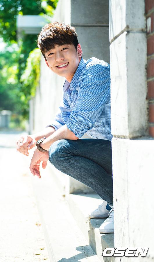 김민규 是韓國新生代演員,曾出演過電影《잡아야 산다》,也即將加入韓劇《시그널》,雖然知名度沒有其他人亮眼,但帥氣的外表和不符合年紀的演技,也讓他的討論度越來越高。